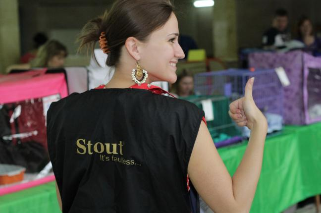 Стюард Дарья и спонсор выставки, компания «Стаут»